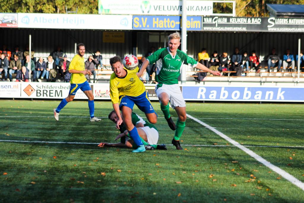 SC Rouveen pakt in de slotfase de overwinning tegen koploper sv Hatto Heim. - De Dijkpoorter